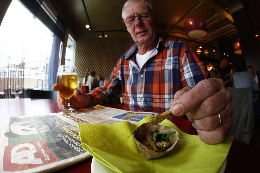 Foto: El holandés Jan Haan come en uno de los pocos restaurantes que sirven insectos en Holanda, el café Tante Truus. (Reuters)