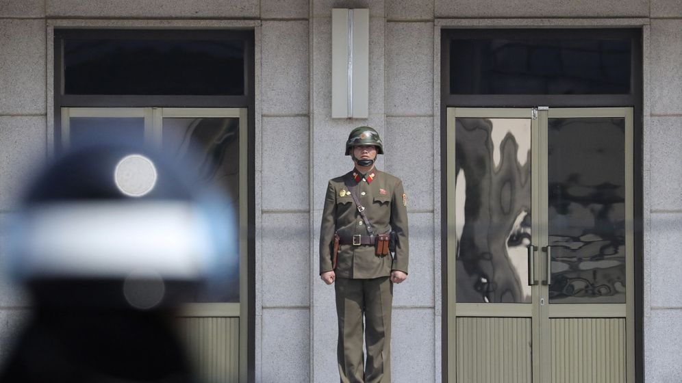 Foto: Un soldado surcoreano mira hacia el lado sur en la localidad fronteriza de Panmunjom, en la Zona Desmilitarizada entre las dos Coreas, en marzo de 2017. (Reuters)
