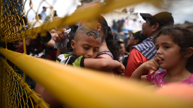 Niños en la valla fronteriza desde Guatemala y México. (EFE)