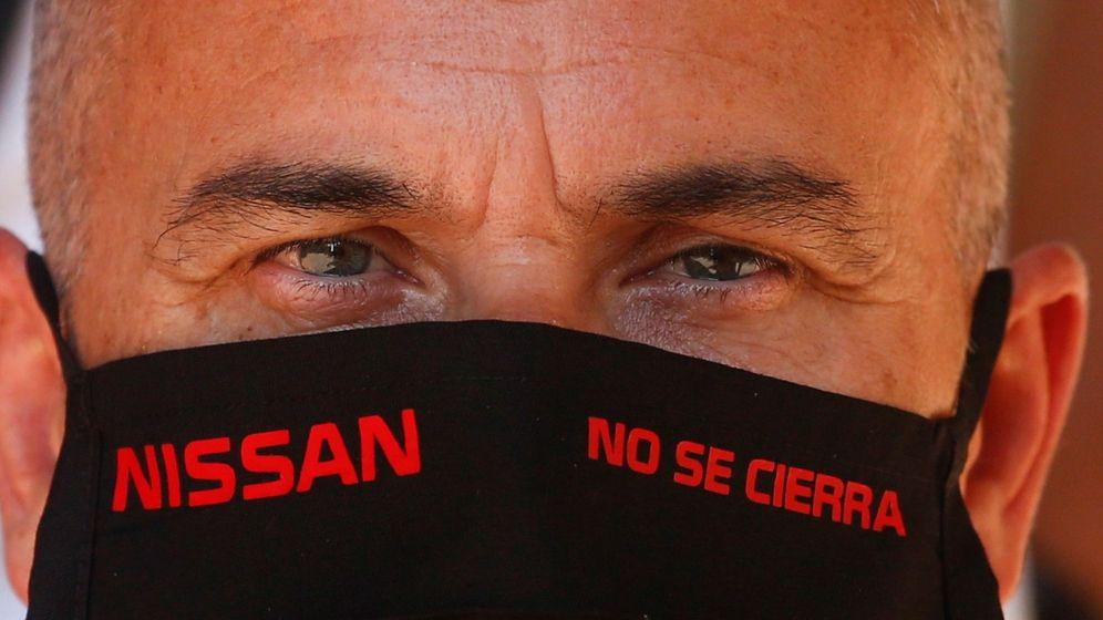 Foto: Un afiliado a Comisiones Obreras, durante su asamblea con los trabajadores de Nissan en Barcelona, el pasado viernes. (EFE)