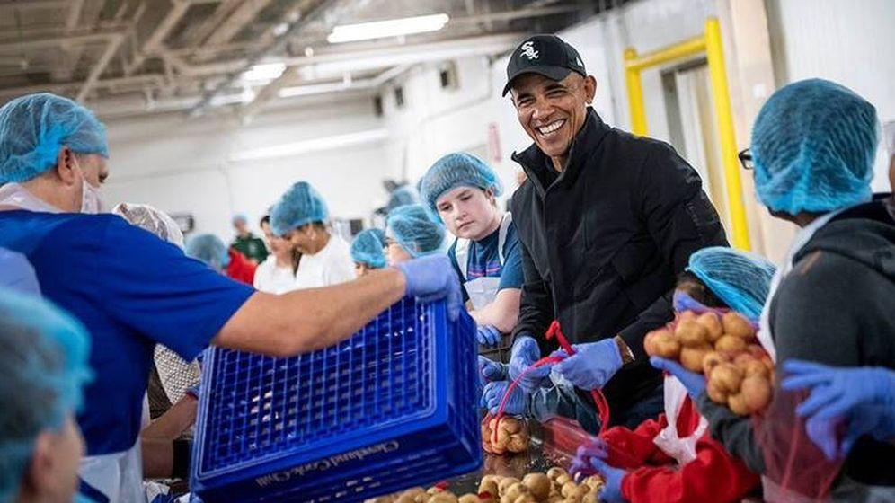 Foto: Barack Obama, un voluntario más embolsando patatas (Foto: Obama Foundation)