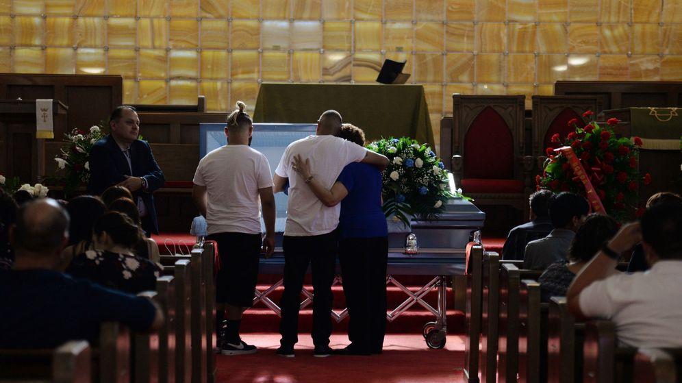 Foto: Familiares en una ceremonia tras el tiroteo. (Reuters)