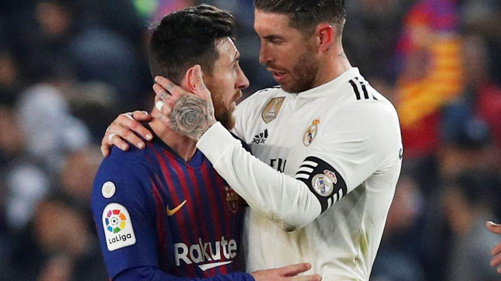 Foto  Lionel Messi y Sergio Ramos se abrazan durante el partido de ida de la c2332b4969939