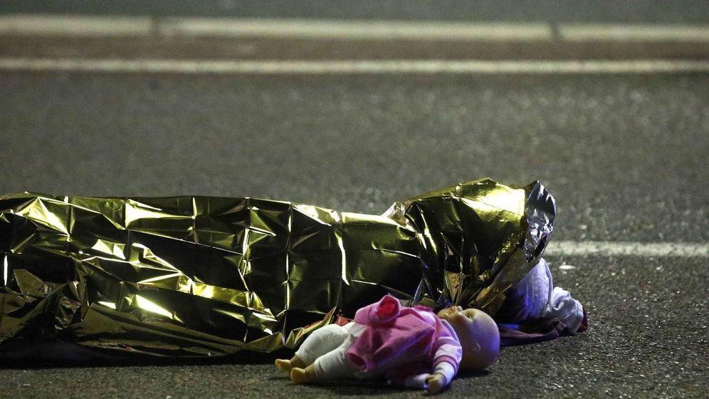 Foto: Una muñeca junto a un cuerpo tras el atentado de Niza