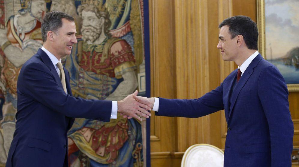 Foto: El rey Felipe VI saluda al secretario general del PSOE, Pedro Sánchez, este 26 de abril en el palacio de la Zarzuela. (EFE)