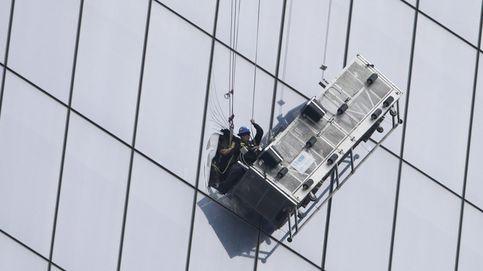 Unos limpiacristales, zarandeados a 260 metros de altura