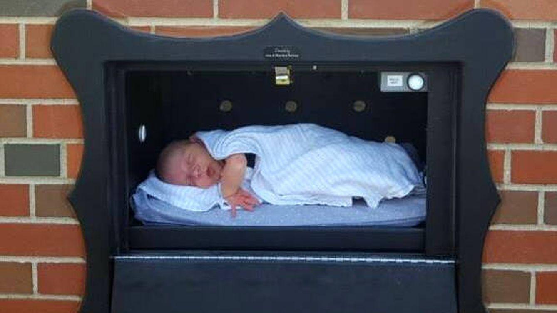 Foto: Un bebé, colocado en una de las cajas que quieren evitar el abandono de recién nacidos (Foto: Facebook)