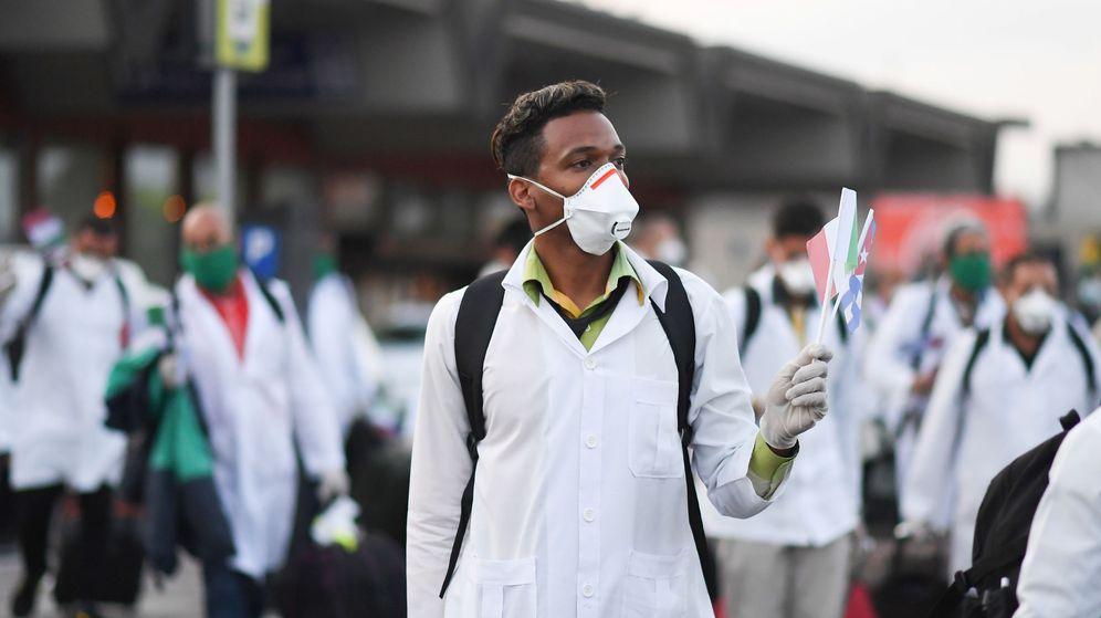 Foto: La brigada médica procedente de Cuba llega a Italia (Reuters)