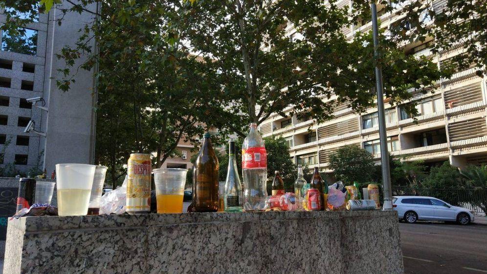 Foto: Los vecinos de la zona de Metropolitano, junto a colegios mayores, amanecen estos días rodeados de botellas, copas y basura. (EC)