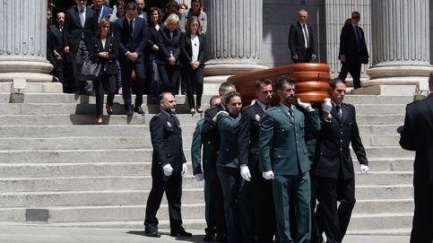El interminable aplauso de los ciudadanos a la salida del féretro de Alfredo Pérez Rubalcaba