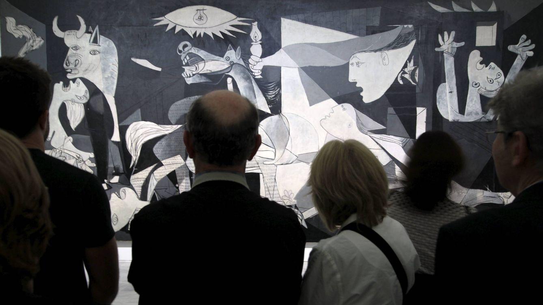 Foto: Visitantes ante el 'Guernica', durante la celebración del 75 aniversario del cuadro de Pablo Picasso, en 2012. (EFE)