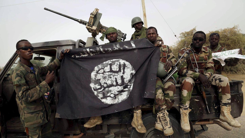 Soldados nigerianos posan con una bandera de Boko Haram tras arrebatar Damasak a los yihadistas (Reuters).