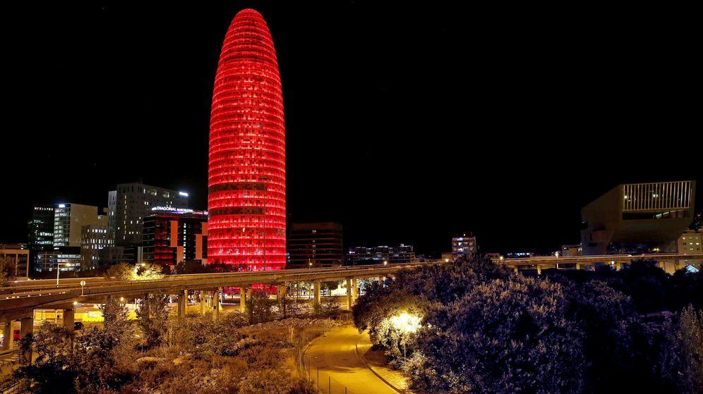 Foto: La Torre Agbar de Barcelona, iluminada de rojo. (EFE)