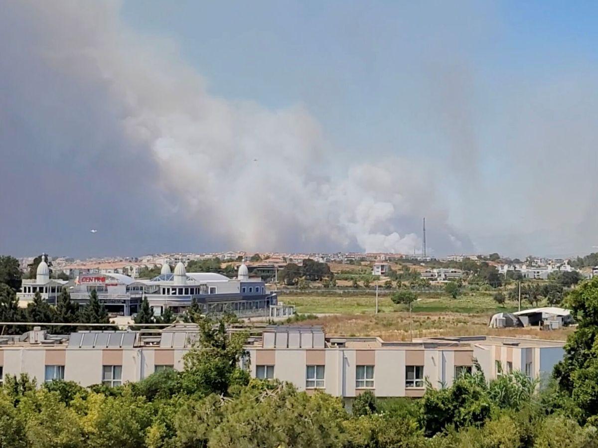 Foto: La ciudad de Manavgat, donde también se están produciendo importantes incendios. (@onurburakcelik/Reuters)