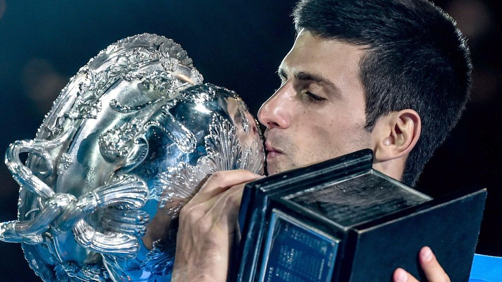 Foto: Novak Djokovic besa el trofeo del Open de Australia. (Reuters)