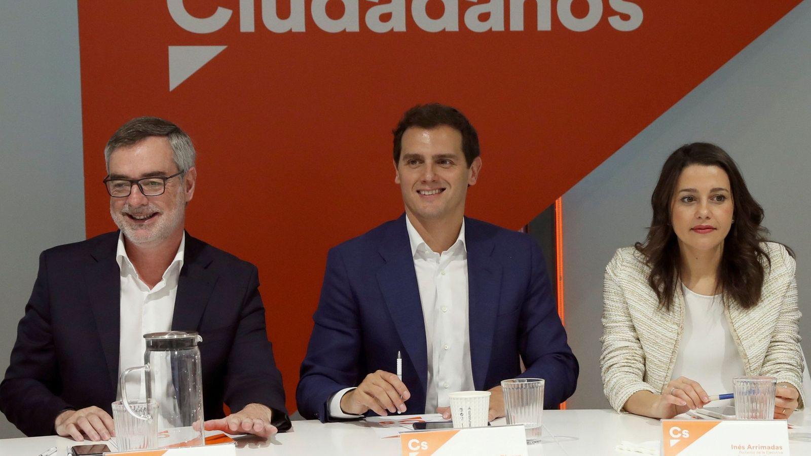 Foto: El presidente de Ciudadanos, Albert Rivera (i); la portavoz de la ejecutiva y secretaria de Formación, Inés Arrimadas; y el secretario general, José Manuel Villegas (i). (EFE)
