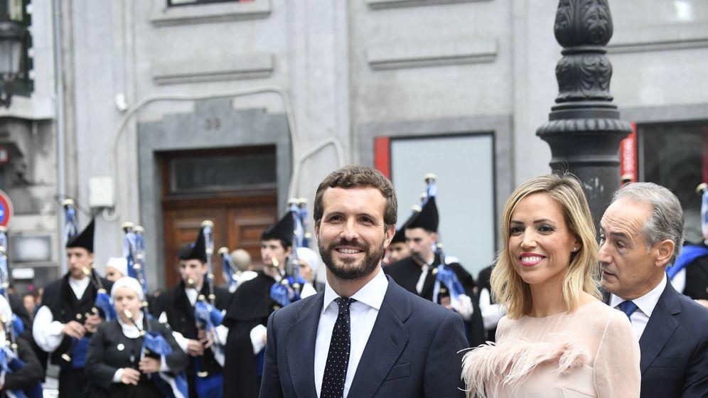 Foto: Isabel Torres y Pablo Casado, a su llegada al teatro Campoamor. (Limited Pictures)