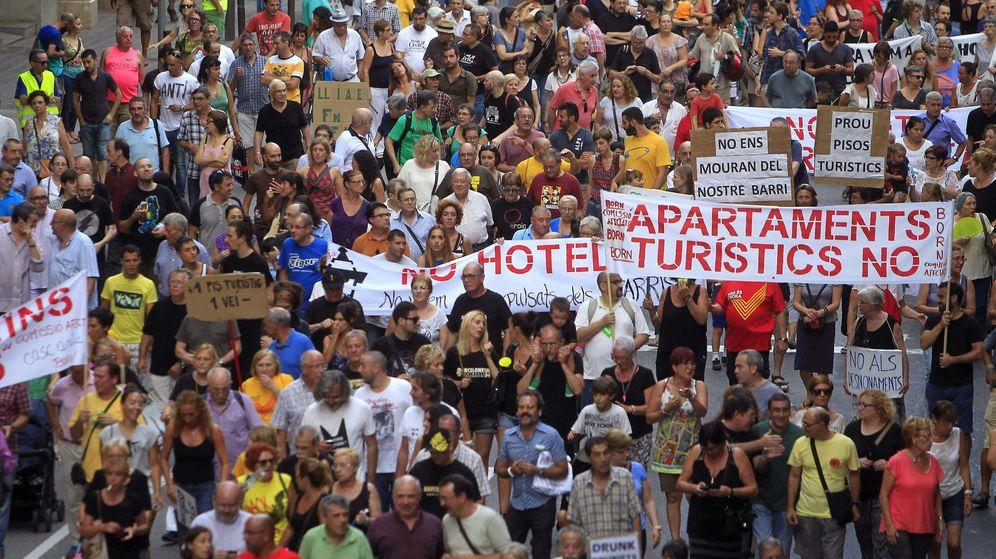 Foto: Manifestación contra los pisos turísticos en Barcelona. (EFE)