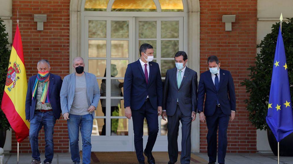 Foto: El presidente del Gobierno, Pedro Sánchez (c), junto a representates sindicales y de empresarios en Moncloa. (EFE)