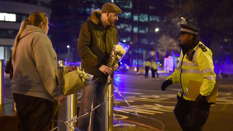 La gente deja flores en el lugar del atentado en Westminster Bridge. (Reuters)