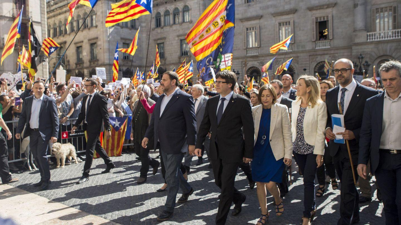 El presidente de la Generalitat de Cataluña, Carles Puigdemont, la presidenta del Parlamento, Carme Forcadell, y el vicepresidente, Oriol Junqueras, en la plaza Sant Jaume de Barcelona. (EFE)