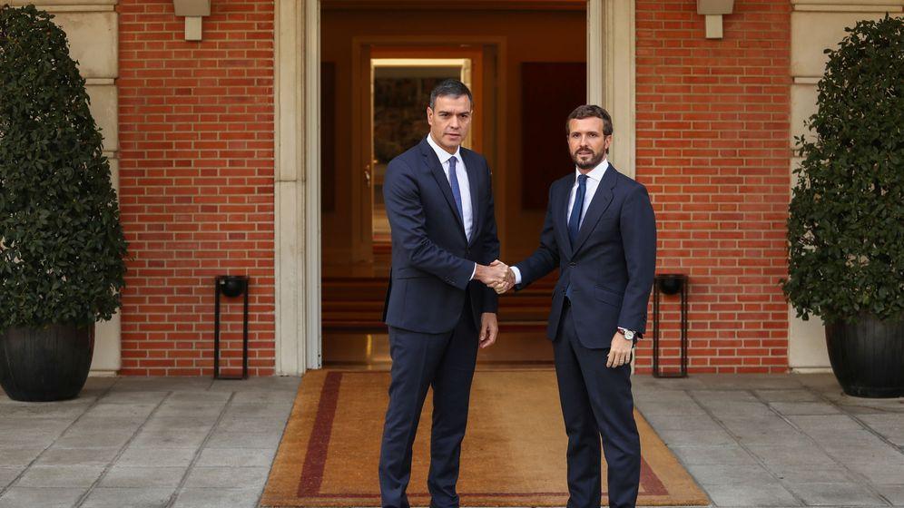 Foto: Pedro Sánchez y Pablo Casado, en un encuentro en Moncloa. (Reuters)