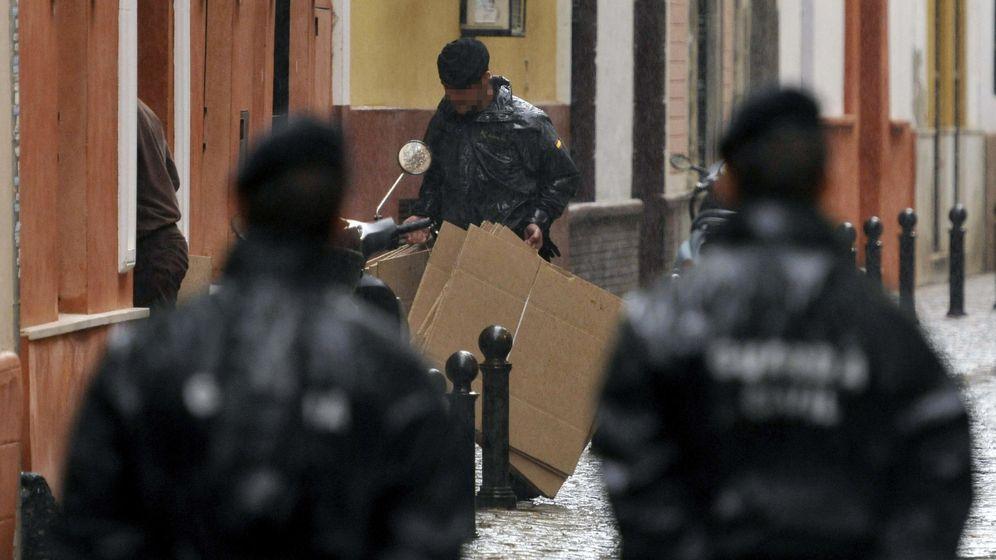 Foto: La Guardia Civil registra la sede de UGT en Andalucía. (EFE)