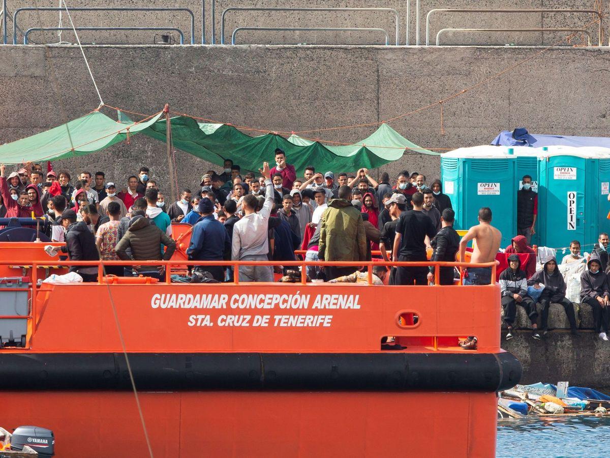 Foto: Salvamento Marítimo desembarcando en Arguineguín (Gran Canaria). (EFE)