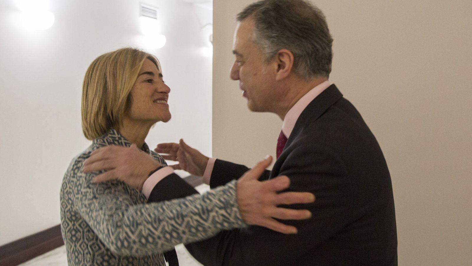 Foto: Pili Zabala se saluda con el lendakari, Iñigo Urkullu, en los pasillos del Parlamento Vasco. (EFE)