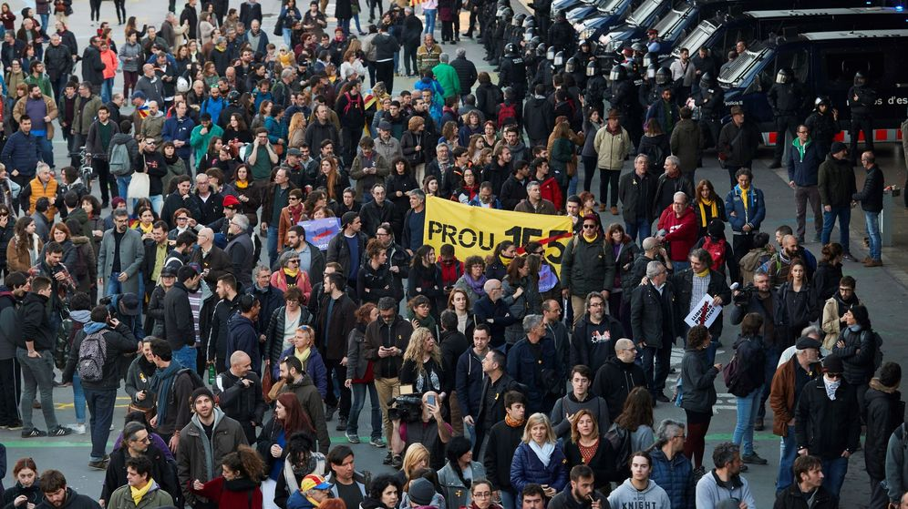 Foto: Miembros de los CDR se concentran alrededor de la estación de Sants de Barcelona. (EFE)