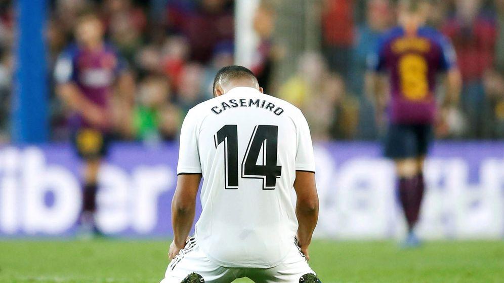 Foto: Casemiro, en el Camp Nou. (EFE)