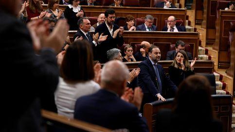Bronca en el Congreso por el 'Delcygate': gritos de ¡Dimisión! y ovación a Ábalos