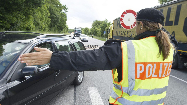 Una policía da el alto a un vehículo en un puesto de control montado en la autopista B12 cerca de la frontera con Austria en Kirchdorf am Inn, en Baviera. (EFE)