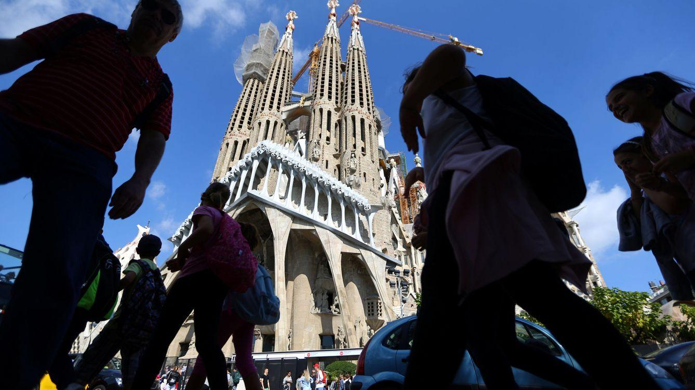 Foto: Turistas caminan frente a la Sagrada Familia de Barcelona (Reuters)
