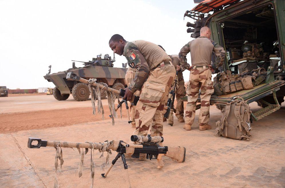 Foto: Un soldado francés se prepara para la visita de Macron al contingente desplegado en Gao, Mali. (Reuters)