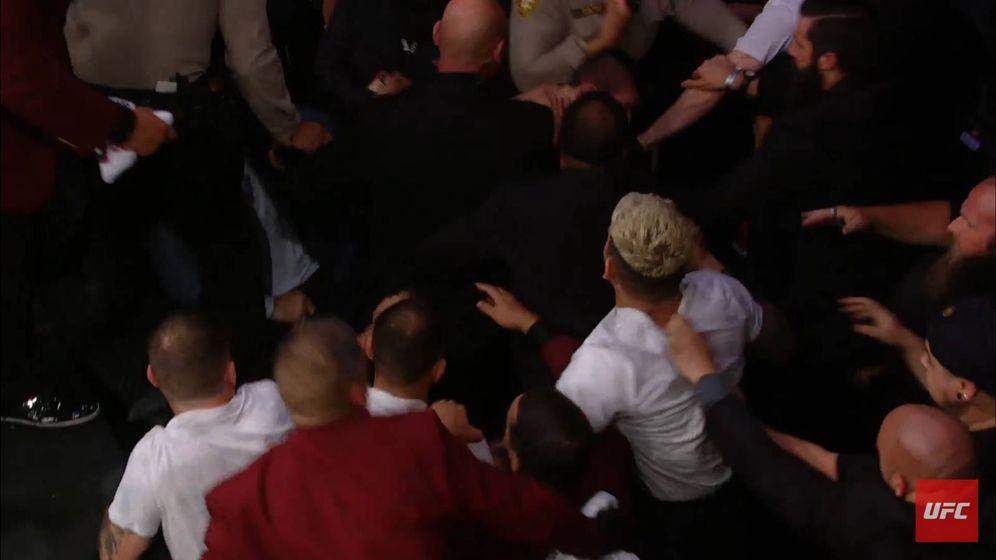 Foto: Khabib peleándose con el equipo de McGregor.