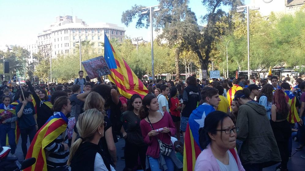 Foto: Estudiantes se manifiestan en la Plaza de la Universidad de Barcelona. (Rafa Méndez)