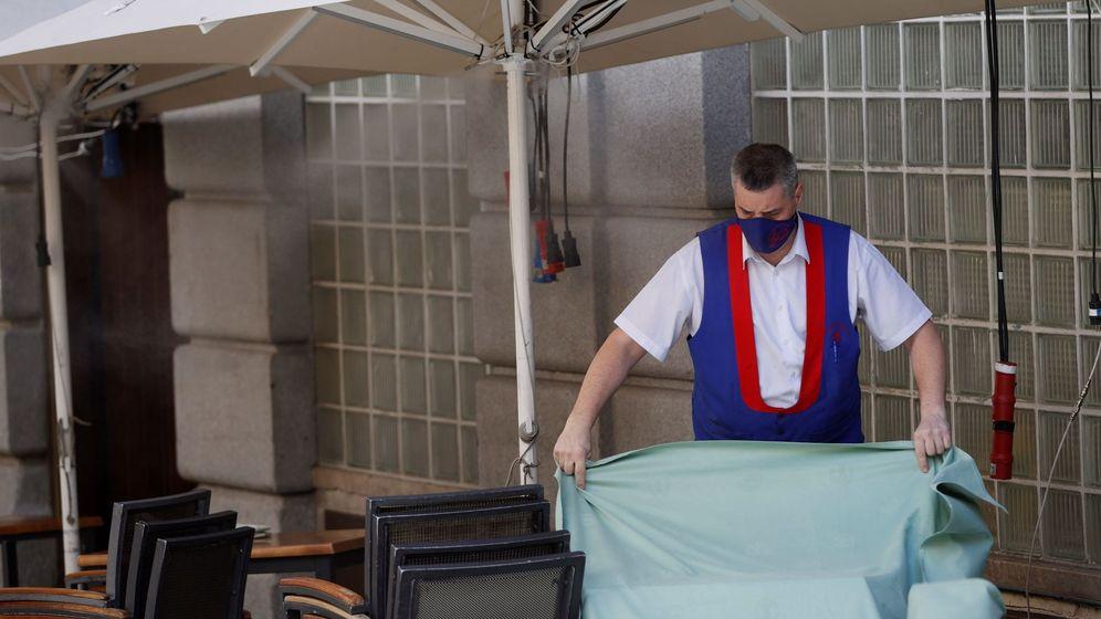 Foto: Un trabajador de un restaurante de Madrid. (Efe)