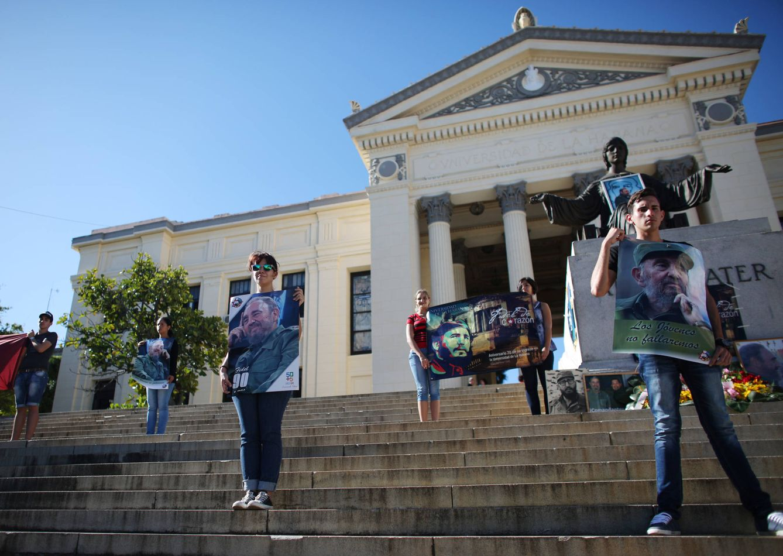 Foto: Estudiantes de la Universidad de La Habana rinden tributo a Fidel Castro en la capital de Cuba