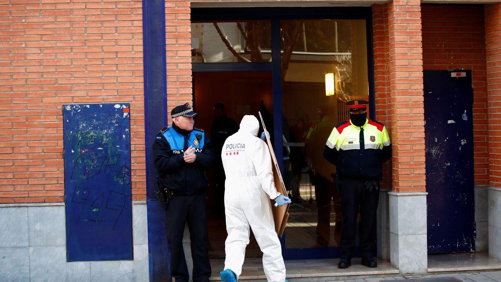 Foto: Agentes de los Mossos, en la casa donde un hombre ha matado a su mujer e hija. (EFE)