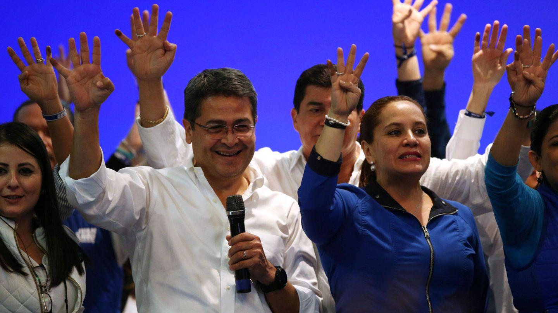 El presidente Juan Orlando Hernandez celebra su supuesta victoria con sus partidarios y su esposa Ana García de Hernández. (Reuters)