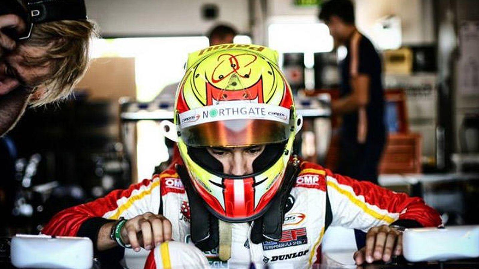 Foto: Álex Palou subiéndose a su monoplaza de Campos Racing.