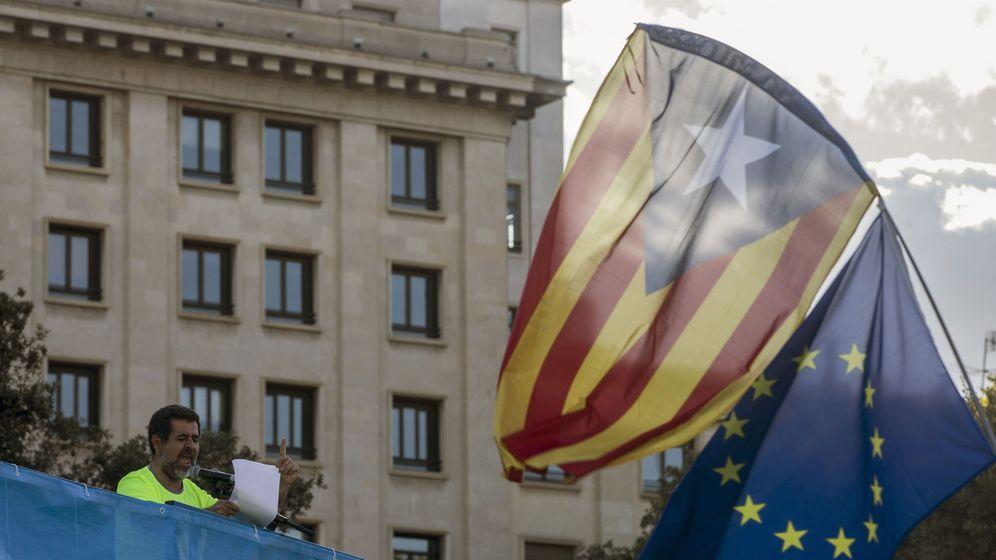 Foto: El presidente de la ANC, Jordi Sánchez, participa en la tradicional manifestación convocada en Barcelona por la ANC con motivo de la Diada. (EFE)
