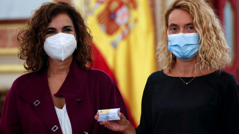 La ministra de Hacienda, María Jesús Montero, y la presidenta del Congreso, Meritxell Batet. (Reuters)