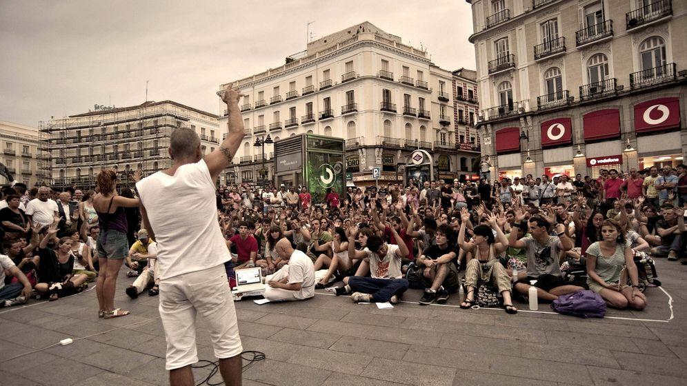 Foto: Cientos de indignados asisten a la asamblea general del movimiento 15-M en el año 2011. (EFE)