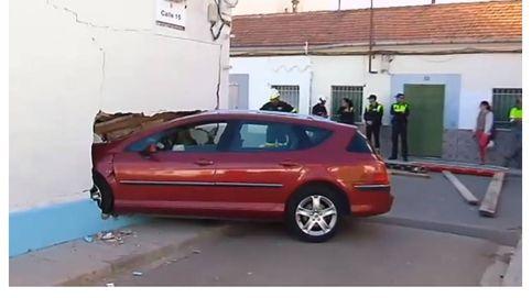 Un coche se empotra en una vivienda de Xirivella sin causar heridos