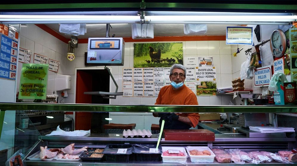 Foto: Vista de la carnicería en un puesto del Mercado de Antón Martín en Madrid. (EFE)