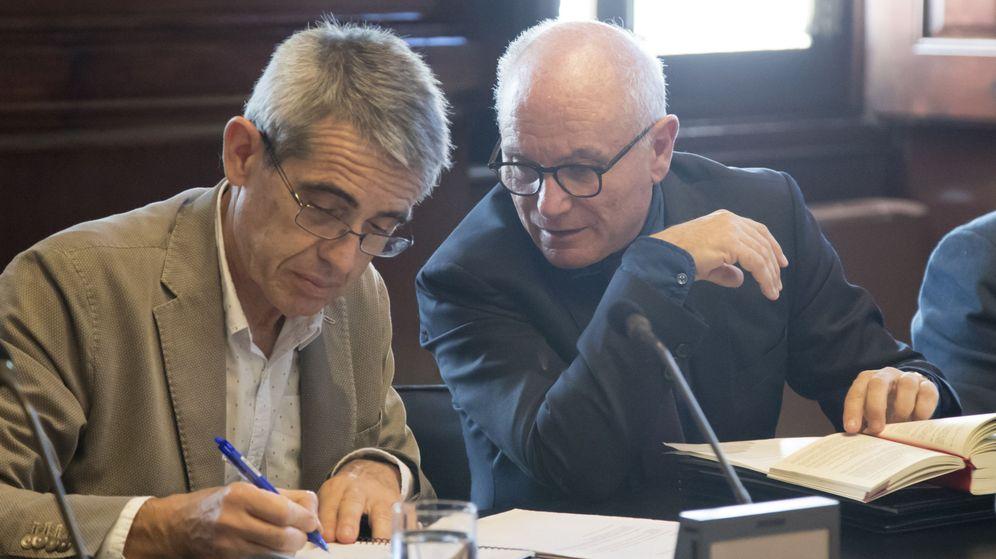 Foto: El secretario general del Parlament, Xavier Muro, junto al letrado mayor, Antoni Bayona. (EFE)