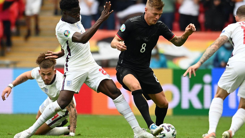Los jugadores ingleses rodean a Kroos. (Reuters)