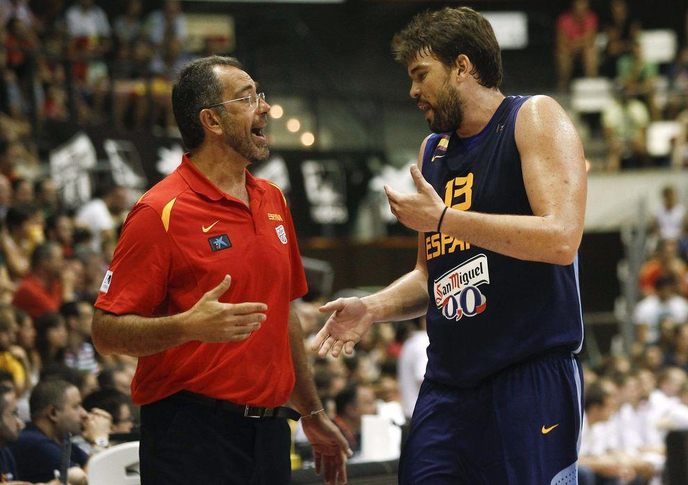 Foto: Orenga y Marc Gasol charlan durante un partido de preparación (Efe).